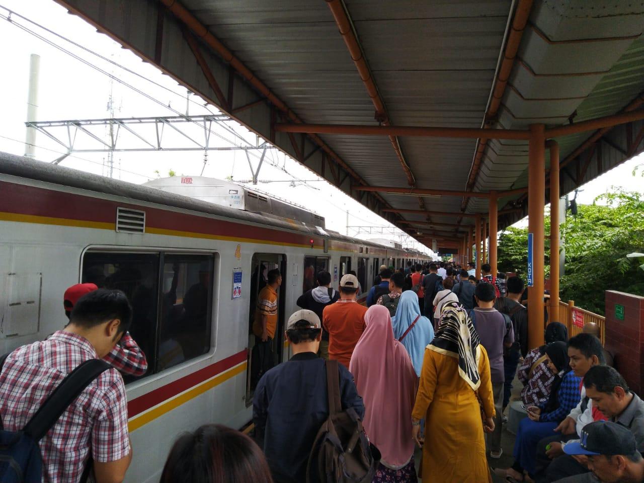 Commuter Line Tangerang-Duri Terhenti Akibat Kebakaran di Sekitar Stasiun Taman Kota