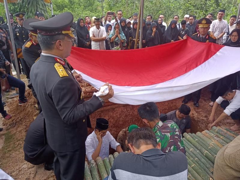 Sang Pemberantas Korupsi Dikebumikan di Kampung