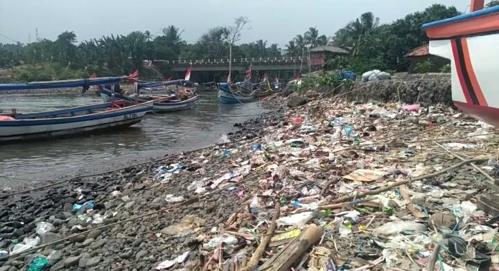 2. Terbiasa Buang Sampah ke Sungai
