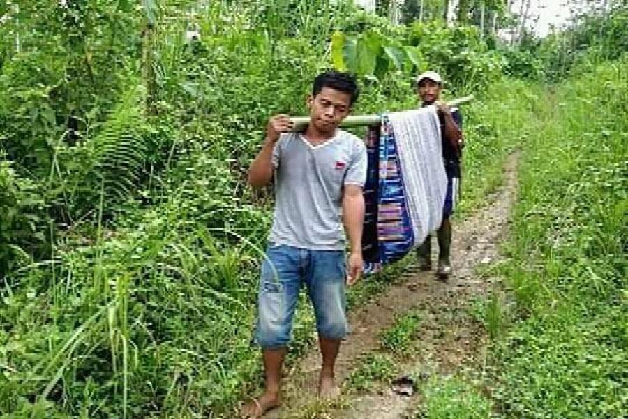 1. Ditandu Sarung dan Bambu