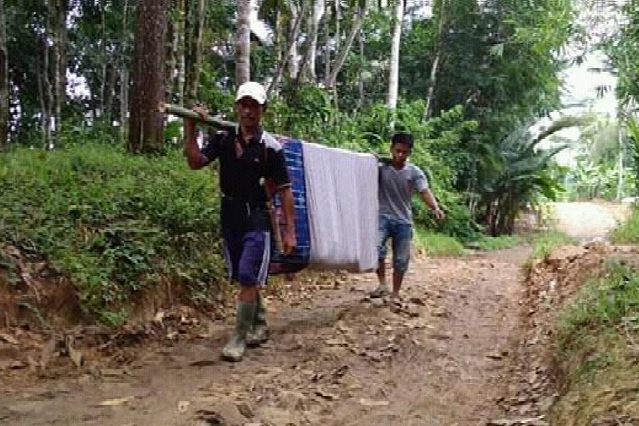 2. Melintasi Jalan Bebatuan di Tengah Perkebunan
