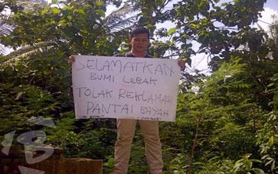 Aksi unjuk rasa Fakrab menolak reklamasi Pantai Bayah.