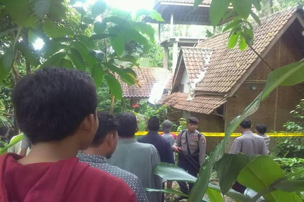 Rumah ND dan MH pasutri diduga penganut aliran sesat di Kampung Cikadu, Pandeglang dijaga aparat kepolisian.