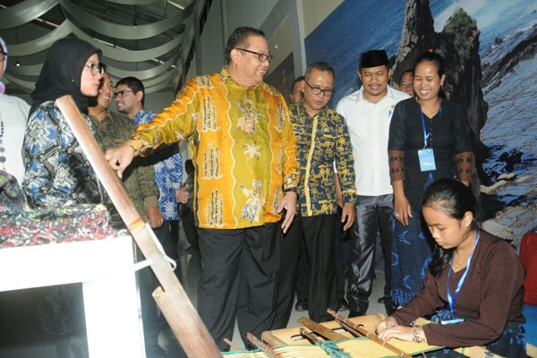Bupati Lebak Iti Octavia Jayabaya bersama Menteri Koperasi dan UKM