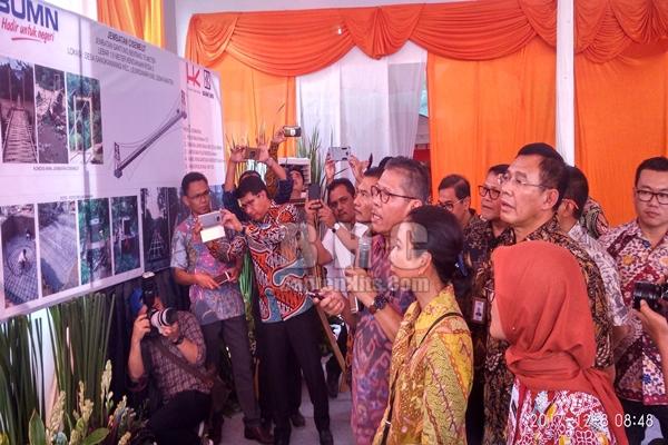 Menteri BUMN Rini Sumarno saat pantau jembatan di Lebak yang dibangun dari dana CSR