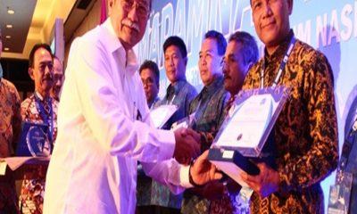 DIRUT PDAM TKR TERIMA PENGHARGAAN DI PERPAMSI AWARD 2017 8 DESEMBER 2017
