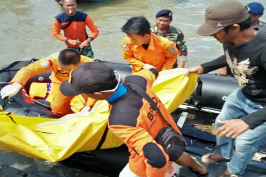 EVAKUASI JASAD NELAYAN YANG TENGGELAM DI PERAIRAN LONTAR 10 APRIL 2018 Main di Atas Perahu yang Bersandar, Dua Balita Tewas Tenggelam di Sungai Terate. (ISTIMEWA)