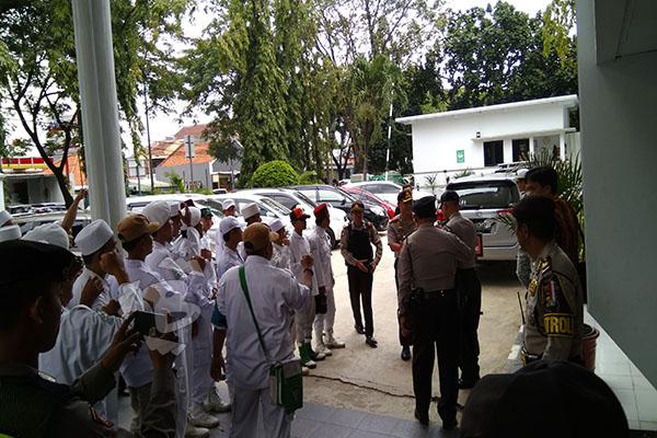 Massa FPI Kota Tangerang Hadiri Sidang Abraham Ben Moses di PN Tangerang