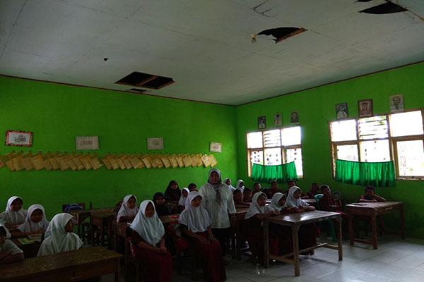 Pelajar SDN 2 Jayapura Cipanas Bawa Kursi dari Rumah