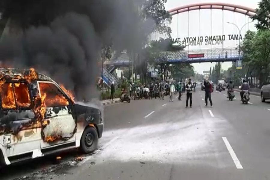 Angkot Terbakar di Tangerang