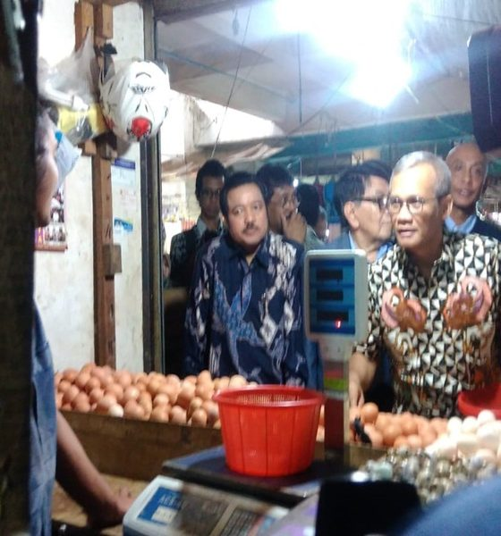 Ario Bimo Berbincang dengan Pedagang