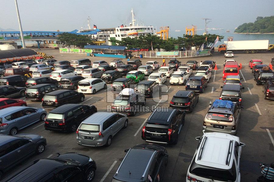 Antrean kendaraan Pelabuhan Merak