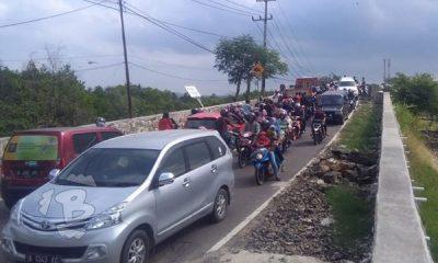 Jalan Raya Panimbang-Tanjung Lesung Macet Total