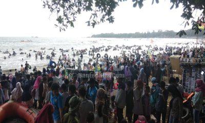 Pantai di Banten Dipadati Pengunjung