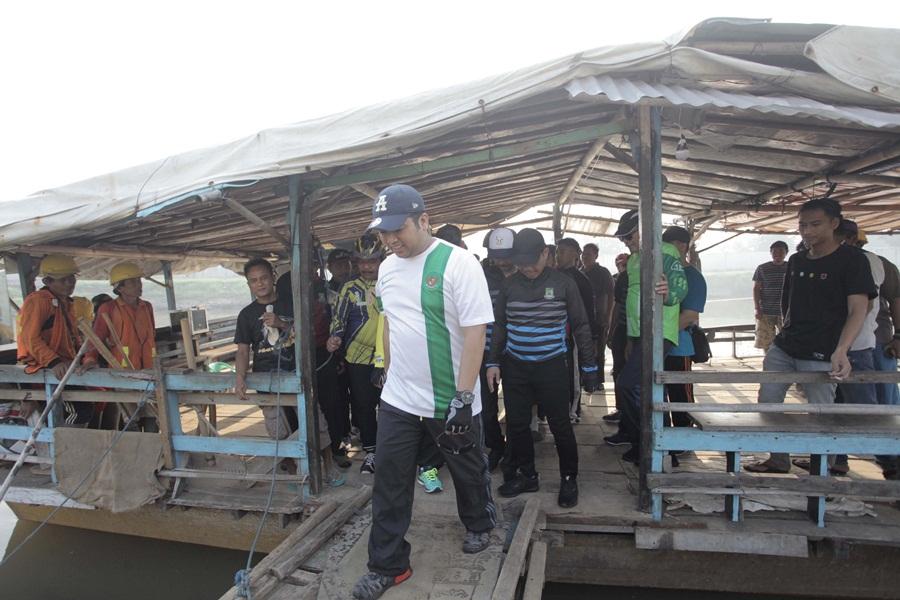 Arief Keluar dari Perahu Eretan Kota Tangerang