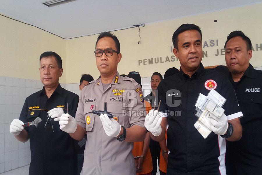 Kapolres Metro Tangerang Kombes Harry Tunjukkan Barang Bukti Kasus Pencurian
