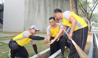Kapolresta Tangerang Pungut Sampah