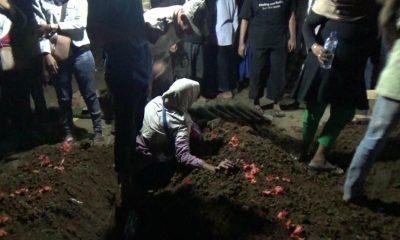 Jenazah satu keluarga yang tewas terbakar di Perumahan Bukit Gading Cisoka dimakamkan di TPU Selapajang, Cisoka.(Banten Hits/ Yogi Triandono)
