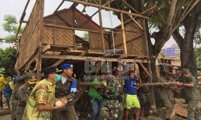 Petugas Gotong Rumah Warga di Kampung Cacing