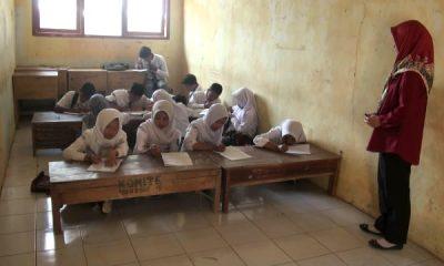 Pelajar SMA Negeri 1 Cirinten Tak Punya Kelas dan Belajar Lesehan-1