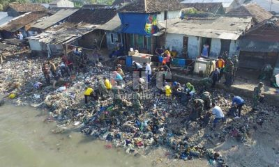 Sampah di Pantai Desa Teluk Dibersihkan