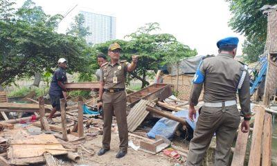 Satpol PP Kota Tangerang Bongkar Bangunan Liar Kampung Cacing