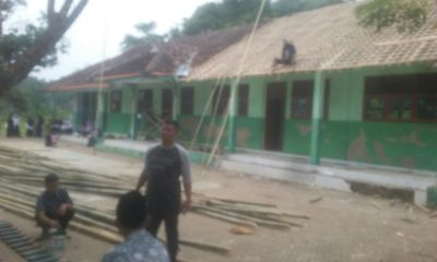 Warga Gotong-royong Rehab Gedung MTs Manba'ul Falah