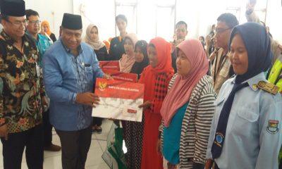 Kartu Keluaraga Sejahtra (KKS) Serahkan KKS kepada Warga Tangerang