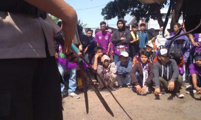 Polisi Sita Senjata Tajam dan Miras dari Ratusan Suporter Persita