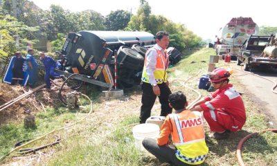 Truk Terguling di Tol Tangerang-Merak