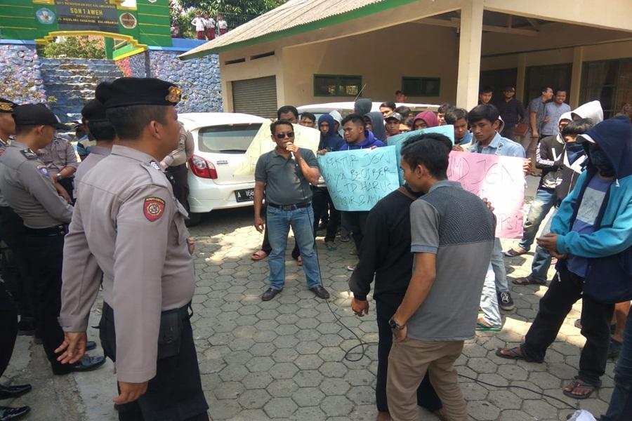 Demonstrasi di Kantor PDAM Tirta Multatuli