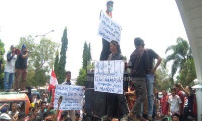 Demo Desak Bupati Pandeglang Mundur
