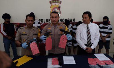 Kapolresta Tangerang Kombes Sabilul Alif menunjukkan barang bukti yang digunakan penipu yang mengaku orang kepercayaan Kapolri