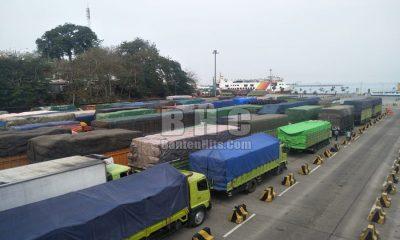 Truk Menumpuk di Pelabuhan Merak