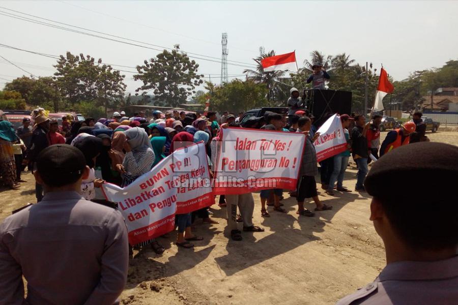 Tuntut Warga Lokal Dipekerjakan, Proyek Pembangunan Tol Serang-Panimbang Didemo