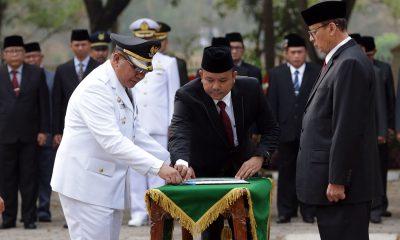 Wahidin Halim saat Melantik Penjabat Wali Kota Serang Ade Aryanto
