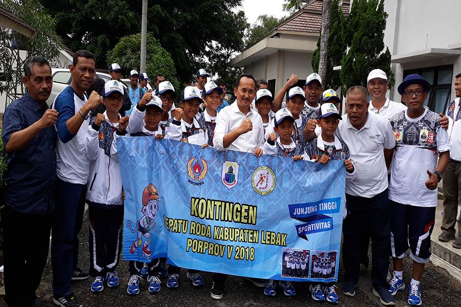 Wakil Bupati Lebak Ade Sumardi bersama atlet sepatu roda Porprov Banten 2018