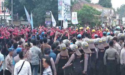 Buruh dan Polisi Berhadapan