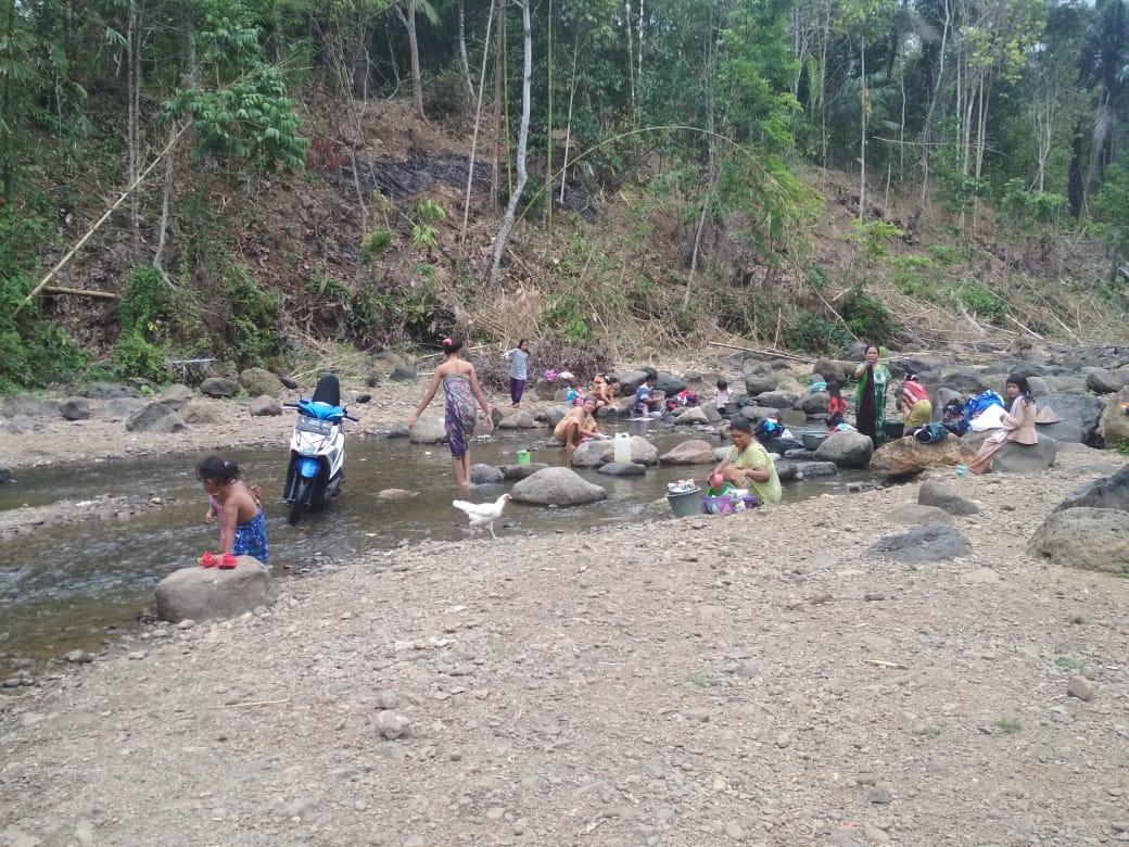 Warga Cibadak Pandeglang Memanfaatkan Sungai Cipatujah untuk MCK