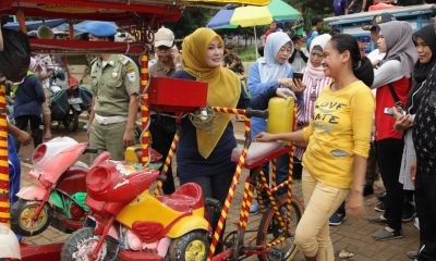 Bupati Pandeglang Irna Narulita saat meninjau Alun-alun Pandeglang