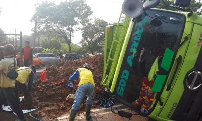 Truk tanah terbalik di jalan MH Thamrin