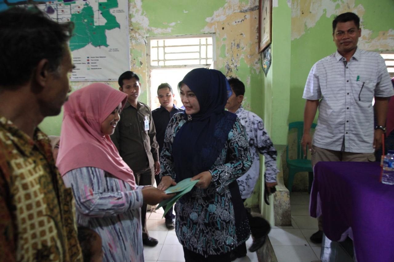 Irna Narulita Bagikan 379 Sertifikat di Desa Mekar Sari Panimbang