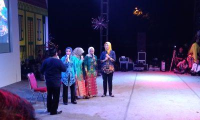 Wali Kota Tangsel saat tampil ngelenong di malam puncak Festival Lenong HUT Tangsel ke-10