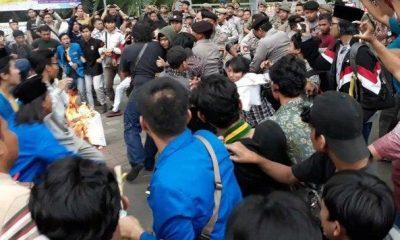 Aksi unjuk rasa mahasiswa saat Refleksi Satu Dekade Kota