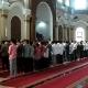 salat berjamaah di masjid raya al bantani hanya terisi tiga baris