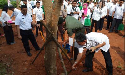 Wali Kota Tangerang Arief R Wismansyah beserta Camat Neglasari Ubaidillah Ansor tanam pohon