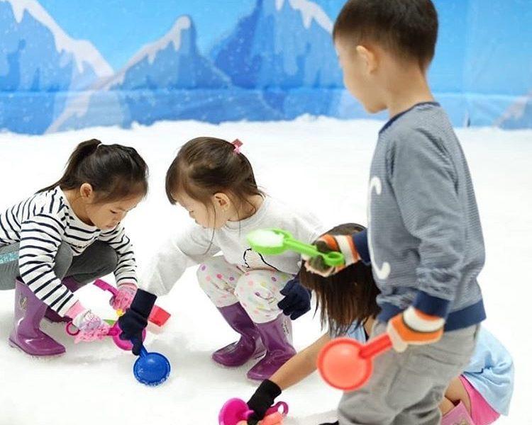 Nikmati Sensasi Bermain Salju di Snowland Carnaval di Mall Living World