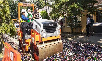 puluhan ribu botol mias hasil operasi pekat kalimaya 2018 dimusnahkan