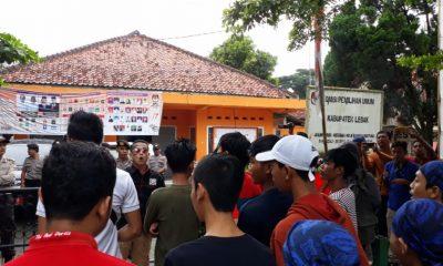 Massa Forum Masyarakat Lebak Peduli Demokrasi (Formaldem) demo di KPU Lebak