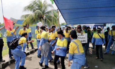 Ratusan buruhdari FSP KEP Cilegon demo PT NS BlueScope Steel Indonesia.